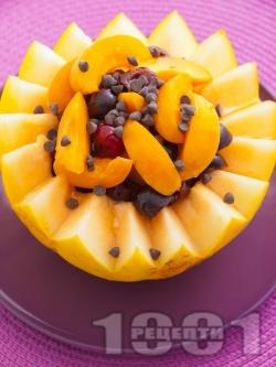 Пълнен пъпеш с плодове - праскови, кайсии, череши, мед и шоколад за десерт - снимка на рецептата